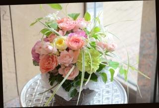 バラと季節の花で 爽やかに アレンジメント 384