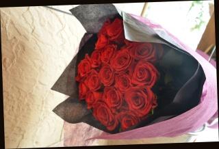 赤バラの花束 77