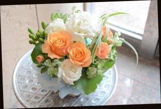バラと季節の花のアレンジメント 391