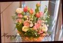 チューリップと季節の花のアレンジメント