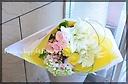 品の良い花束 ユリをメインに季節の花々