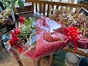 赤バラ10本とカスミソウの花束