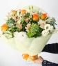明るいラッピングで包んだミックス花束
