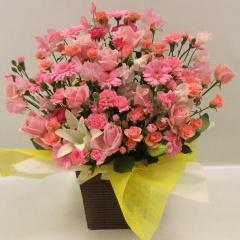 ピンクのお花を集めた華やかアレンジ
