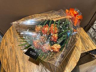 9本のオレンジのバラとカスミソウの花束