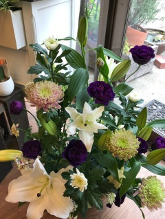 優しい色合いで 慈しみの花贈り
