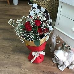 真っ赤な薔薇とカスミソウの花束