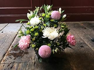 菊の産地、愛知の菊を使った、小ぶりなアレンジメント
