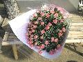 たくさんのバラとカスミソウの花束