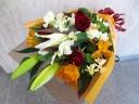 ユリの華やか花束