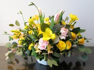 フリージアとチューリップの春色アレンジメント
