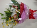 白いユリが入った華やかな花束