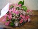 春色カラーのスイトピーとかすみ草のブーケ