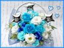 幸せ運ぶ…青いバラのホワイトバスケット