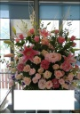 ピンク系の明るいスタンド花