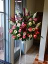 ピンク系中心の花材おまかせ一段スタンド