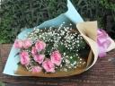 ピンクバラとカスミのブーケ