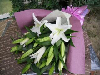 故人を偲ぶお供えの花束