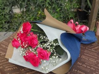 ビビッドピンクのバラとカスミ草の花束
