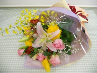 ユリとバラの華やかな花束