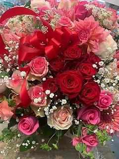 7本の真っ赤な薔薇が詰まったアレンジ☆古希、七周年