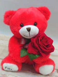 造花を持った真っ赤なふわふわくまちゃん