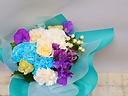 紫とブルーの丈の短いブーケ式花束
