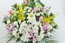 『花蝶』紫バラと胡蝶蘭の供花アレンジ・白黄紫