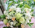 白バラとカサブランカの供花アレンジ・白クリーム色