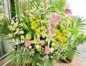 『暁光』洋蘭とユリの供花アレンジ白桃黄系