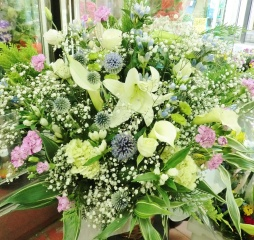 『潮騒』カサブランカと洋花の供花アレンジ・白紫系