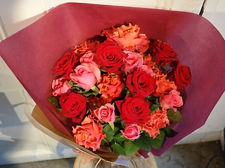 暖かい色合いのバラの花束