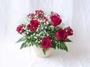赤バラとかすみ草のアレンジメント