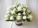 白バラとトルコキキョウのアレンジメント
