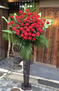 贅沢な赤バラスタンド