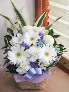 洋花を使ったお供えアレンジ 白に青・紫色を入れて