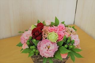 ピンクと赤いバラのアレンジメント