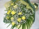 綺麗な黄色の薔薇とカスミソウの花束