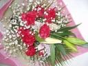 ピンク百合と赤カーネーション、カスミ草の3色花束