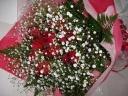 真っ赤な薔薇とカスミ草の華やかな花束