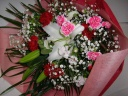 百合とカーネーションがとてもきれいなオススメの花束