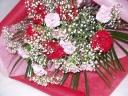 ピンクと赤のカーネーションにカスミソウの花束