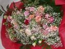 色んなカーネーションがいっぱいの豪華で楽しい花束