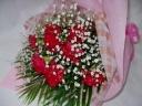 真っ赤なカーネーションとカスミソウの華やかな花束