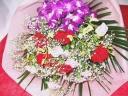 鮮やかな感じのカーネーションがメインの花束