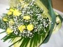 黄色い薔薇とカスミソウの