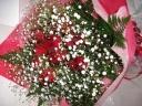 真っ赤な薔薇とカスミソウの華やかな花束