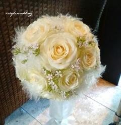 白薔薇とファーのウエディングブーケとブートニア