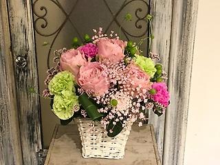 パステルピンクのバラが入ったアレンジメント