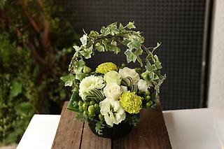 お花おまかせ白グリーンアーチアレンジメントSサイズ